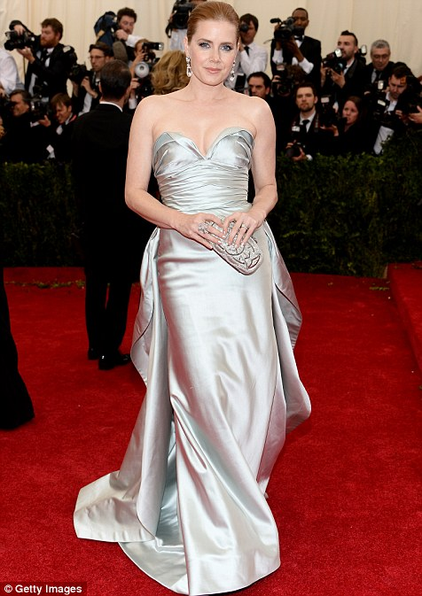 17. Amy Adams in Oscar de la Renta, showcasing a lovely 1950s train.
