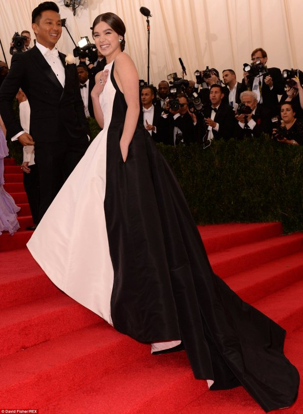 19. Hailee Steinfeld in Prabal Gurung evoking the drama of monochrome in vintage designs.